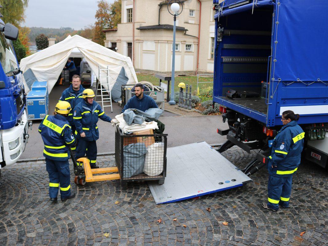 Das THW aus Schwabach beim Aufbau der mobilen Küche. Foto: Bezirkskliniken Mittelfranken