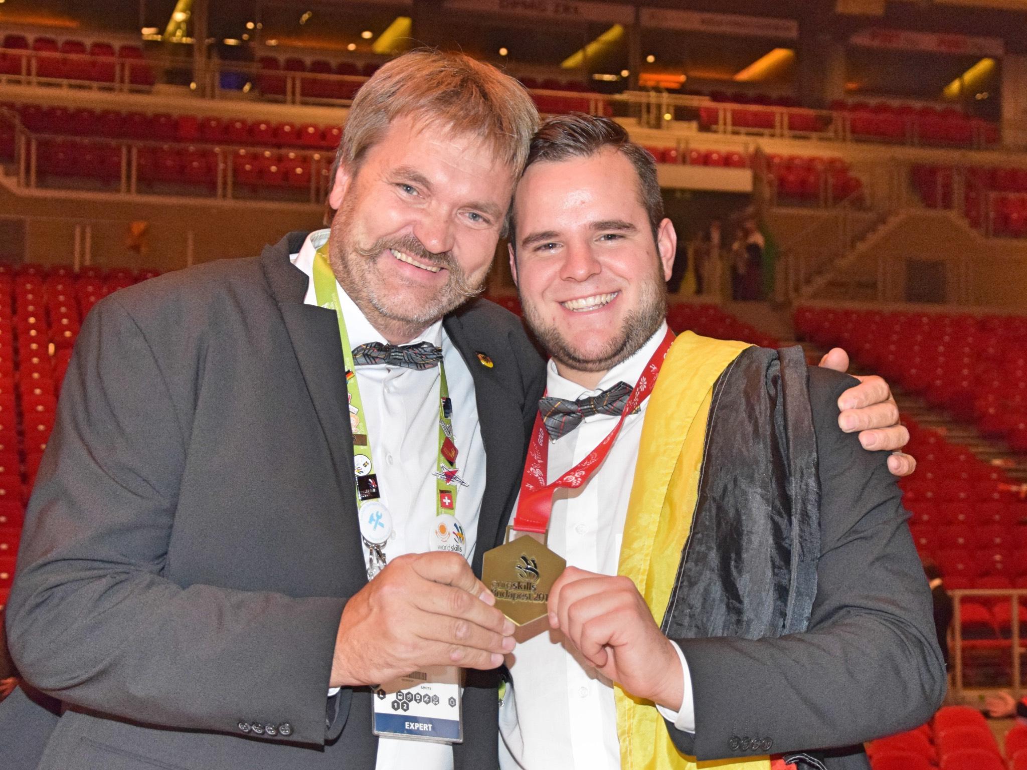 Der Stuckateur mit seinem Trainer bei der Siegerehrung. Foto: ZDB/ Küttner