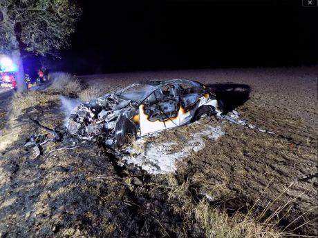 Der Beifahrer wurde bei dem Unfall schwer verletzt, die Fahrerin verstarb noch an der Unfallstelle. Foto: Feuerwehr Ansbach
