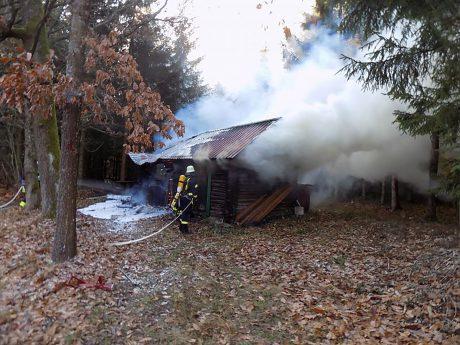 Als die Einsatzkräfte ankamen, stand die Blockhütte bereits im Vollbrand. Foto: Feuerwehr Ansbach