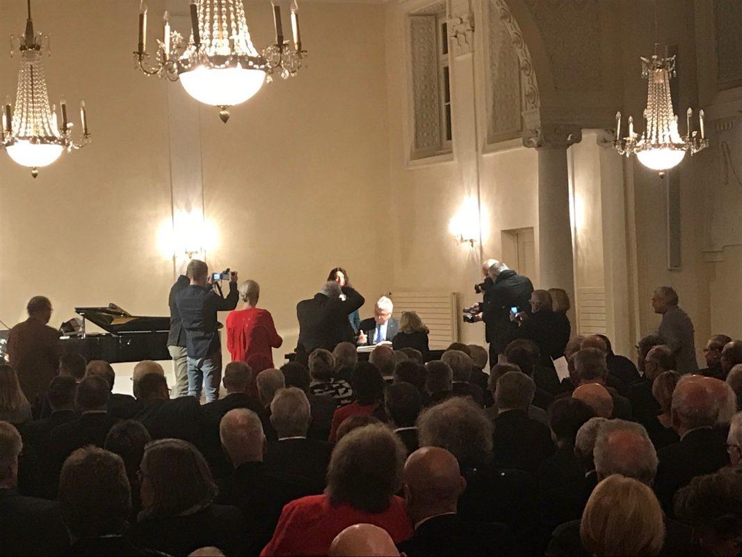 Klaus Dieter Breitschwert wurde am 19. November das Ehrenbürgerrecht der Stadt Ansbach verliehen. Foto: Nico Jahnel