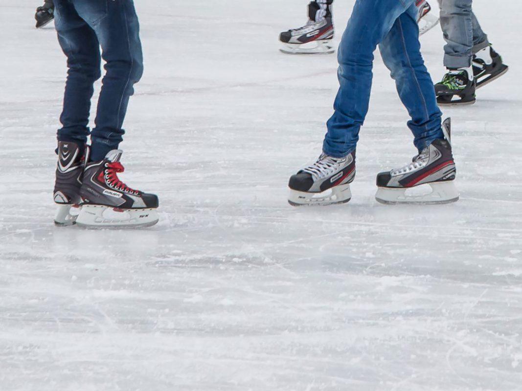 Von 22.11.19 bis 06.01.20 kann man auf der 300qm-großen Eisbahn am Marktplatz wieder Eislaufen. Foto: Pascal Höfig