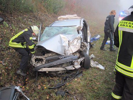 Bei dem Verkehrsunfall wurde der 45-jährige Fahrer des Opel Corsa in seinem Pkw eingeklemmt. Foto: Feuerwehr Ansbach