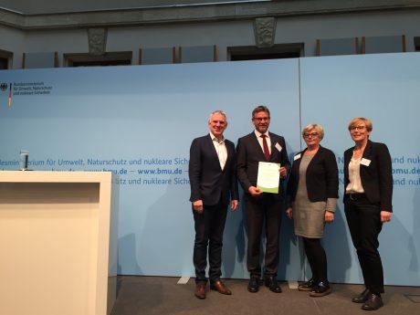 Von links Staatssekretär Jochen Flasbarth, Bürgermeister Karl-Heinz Fitz, Ingeborg Herrmann, Simone Teufel bei der Verleihung