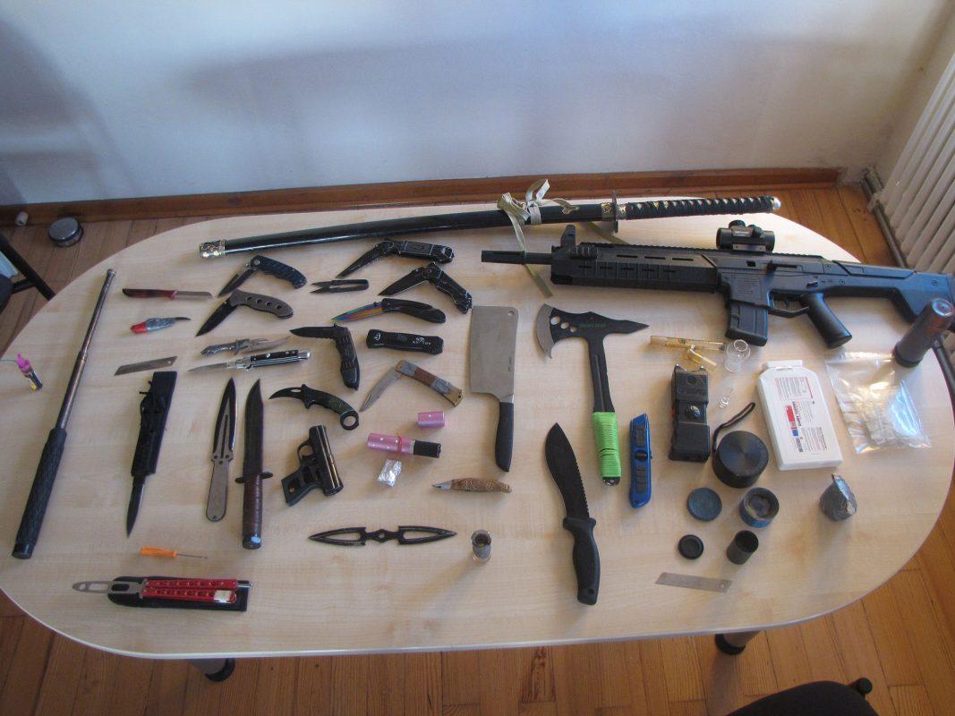 Zahlreiche Waffen, die teils verboten und teils erlaubnispflichtig sind, wurden sichergestellt. Foto: Polizei