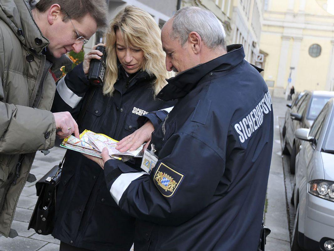 Ehrenamtliche Helfer der Sicherheitswacht unterstützen die Polizei. Foto: Bayerische Polizei / STMI