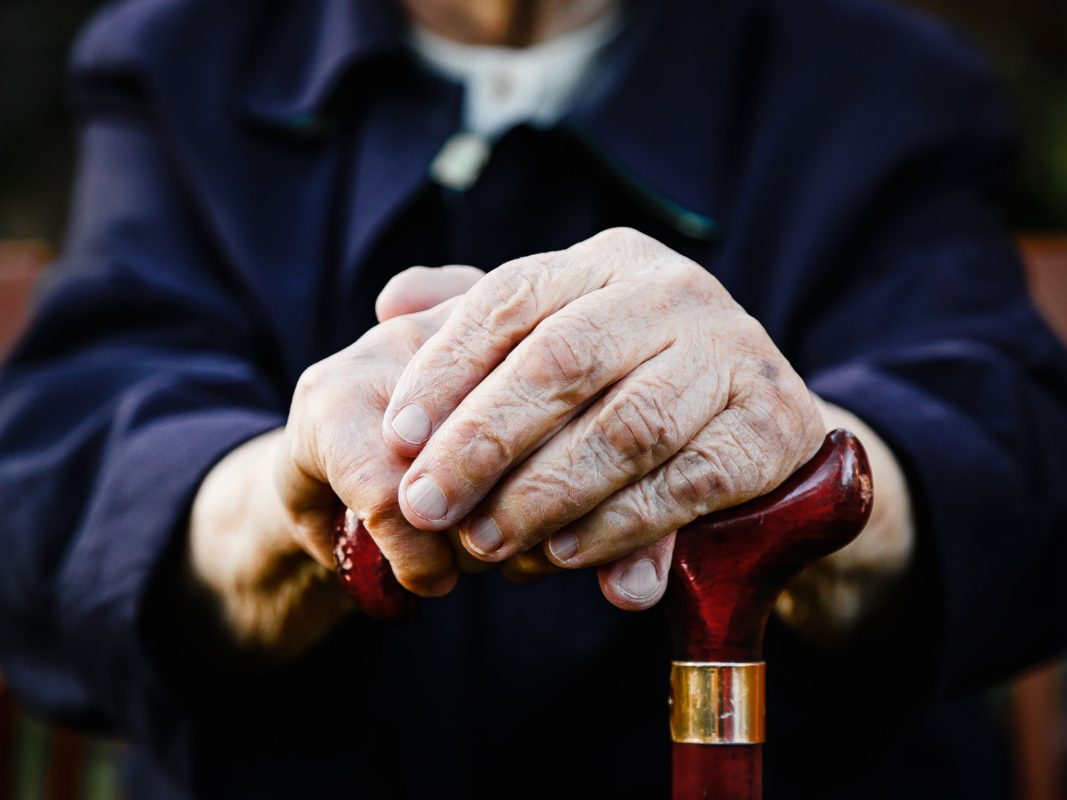 Sich stützen können im Alter – auch auf die gesetzliche Rente. Darauf ist der Großteil der Rentner angewiesen. Die Gewerkschaft NGG fordert eine Stärkung der gesetzlichen Rentenversicherung. Andernfalls drohe Tausenden Altersarmut, auch wenn sie ein Leben lang gearbeitet haben. Foto: NGG