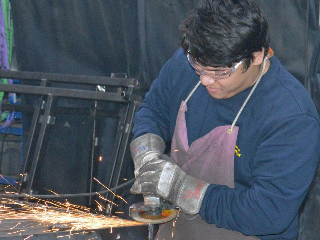 Zhi-Hao Ramic bei der Arbeit in der Schlosserei Diezinger. Foto: Pressefoto Bundesagentur für Arbeit Ansbach-Weißenburg