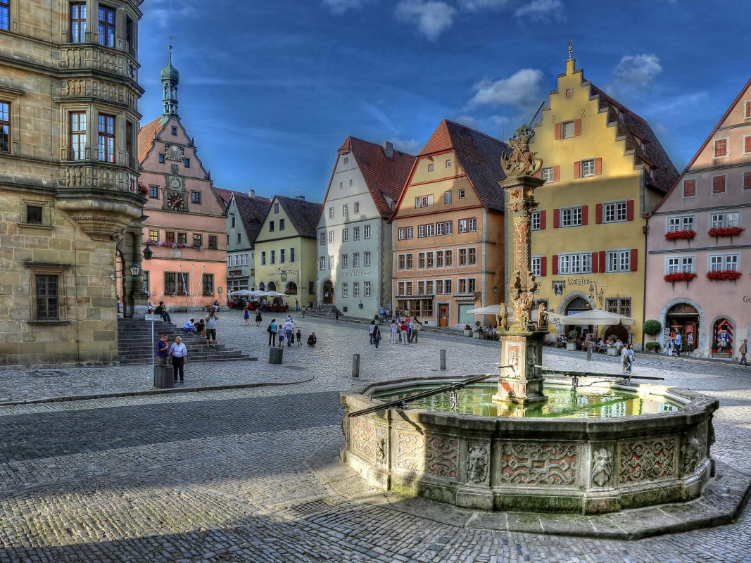 Der St. Georgs Brunnen in Rothenburg ob der Tauber. Foto: Rothenburg Tourismus Service, Pfitzinger.