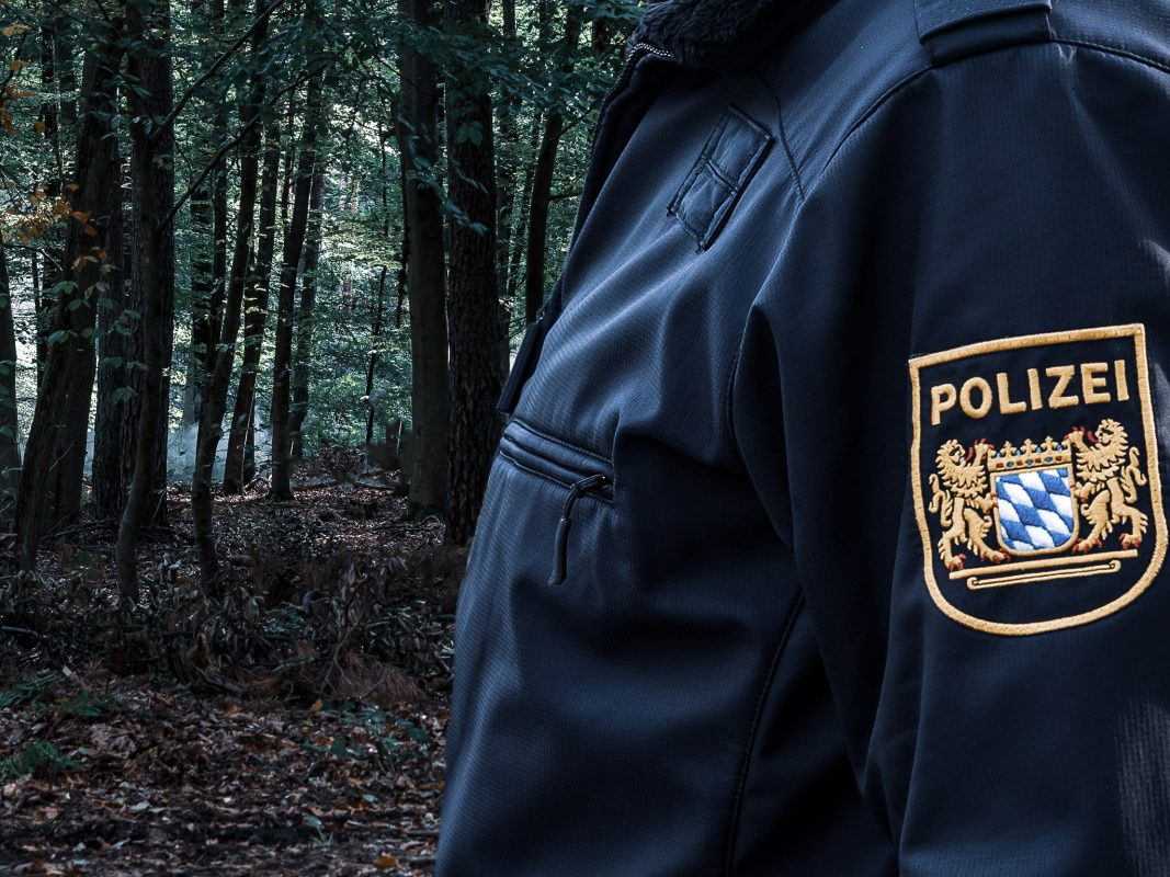 Polizei im Wald. Symbolfoto: Pascal Höfig