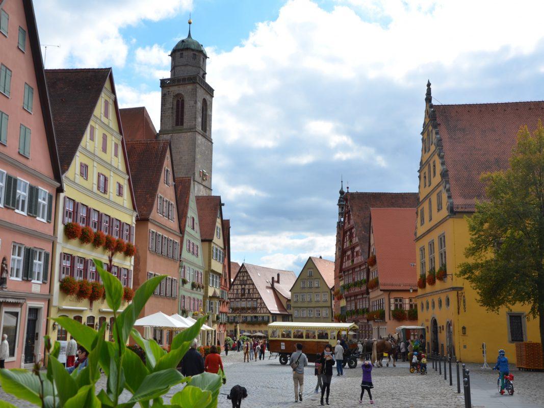 Mittelalterliche Kaufmannshäuser der Großbürger dominieren den Weinmarkt und Marktplatz Dinkelsbühls. Foto: Ingrid Wenzel