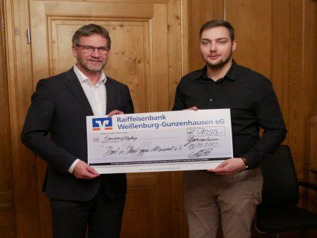 JU-Kreisvorsitzender Manuel Blenk übergibt die Spende an den Vorsitzenden Bürgermeister Karl-Heinz Fitz. Foto: Ingeborg Herrmann