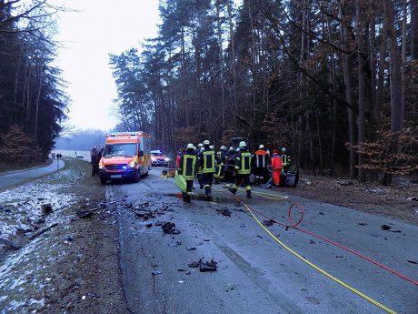 Die Fahrerin des VW Golf wurde in ihrem Fahrzeug eingeklemmt und musste daraus befreit werden. Foto: Feuerwehr Ansbach