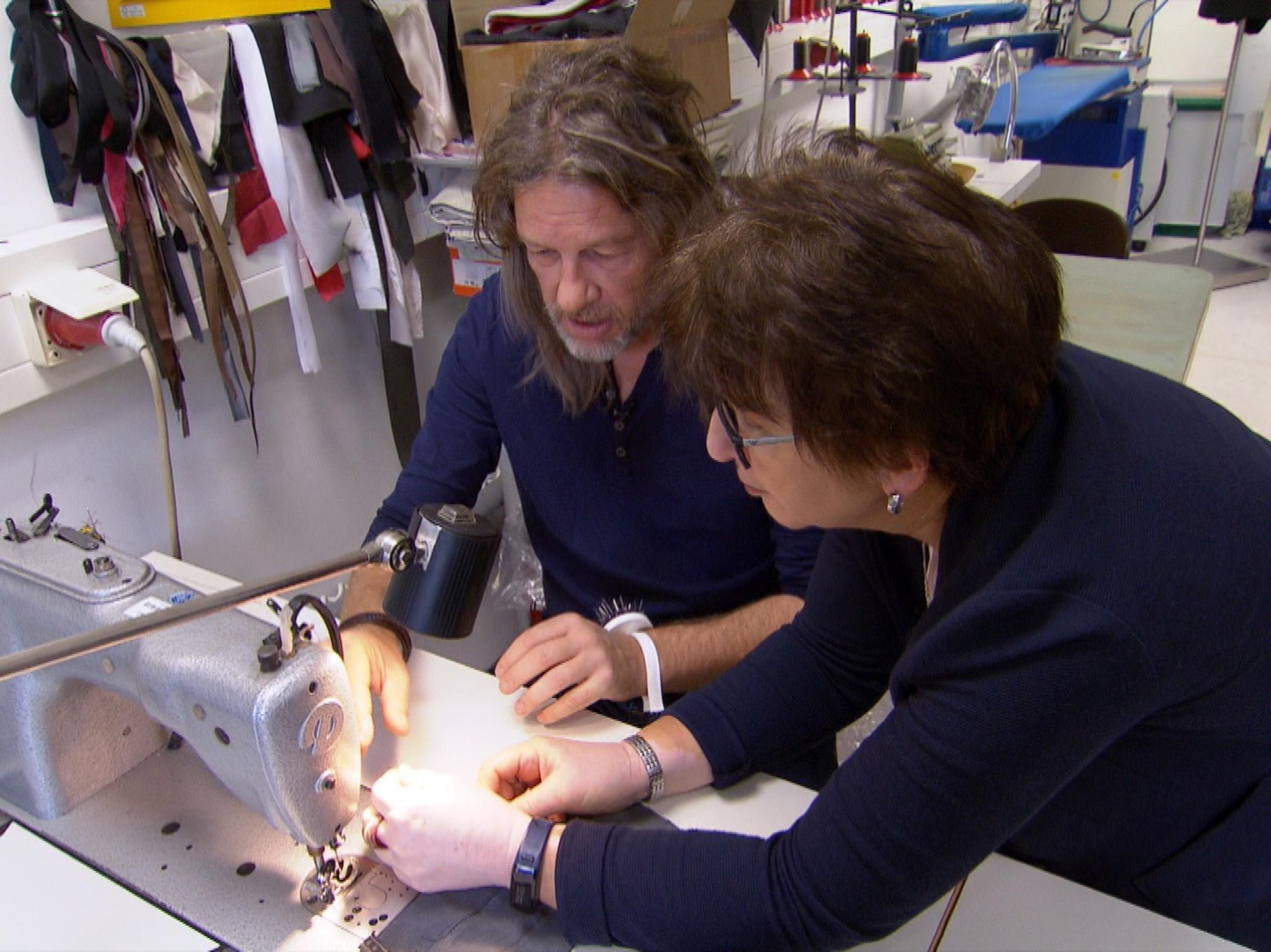 Thomas Weckerlein undercover als Patrick mit der Mitarbeiterin Edeltraud Kemmer an der Nähmaschine. Foto:RTL
