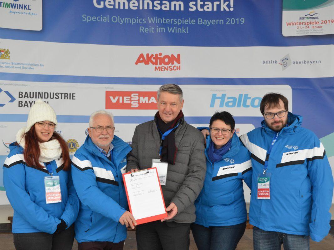 Stefanie Scherer (SOBY-Athletensprecherin), Erwin Horak (stellvertretender Vorsitzender SOBY), Thomas Schmid (Hauptgeschäftsführer Bayerischer Bauindustrieverband), Angelika Schlammerl (Schatzmeisterin SOBY) und Philip Potthoff (SOBY-Athletensprecher) unterzeichneten einen Sponsoring Vertrag bei den Winterspielen von Special Olympics Bayern. Foto: SOBY / Barbara Speckner