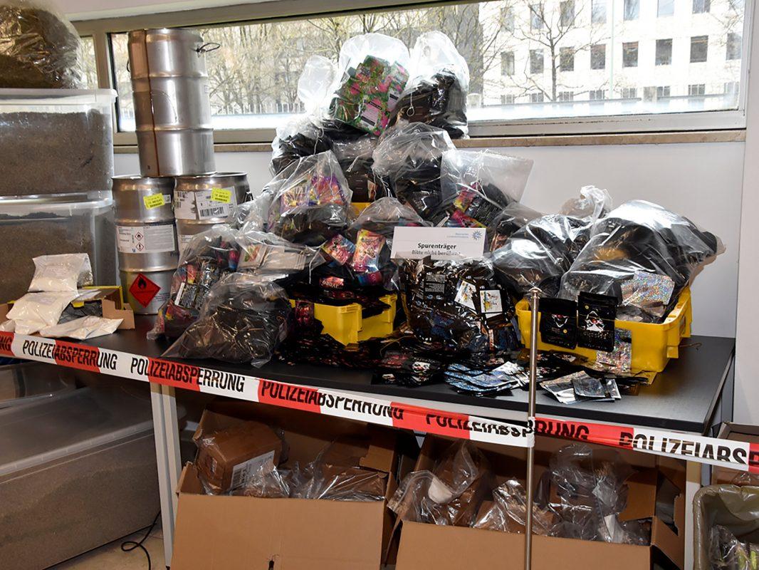 """Eine Ermittlungsgruppe des Bayerischen LKA konnte einem weltweit organisierten Händlerring sog. """"neuer psychoaktiver Substanzen"""" das Handwerk legen. Foto: Bayerisches LKA"""