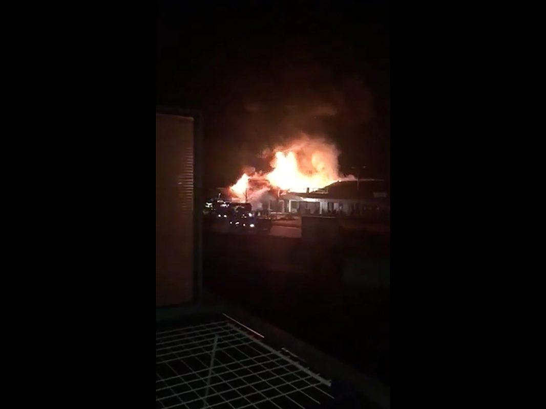 Die Norma-Filiale in der Gunzenhausener Straße steht in Flammen. Foto: Steffen Baierlein