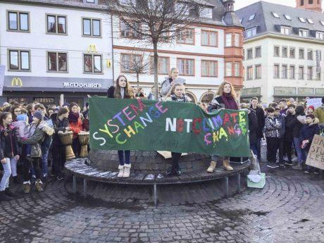 Weltweit finden freitags Schülerdemos statt – bis zu 700 Teilnehmer gingen z.B. am 18.01.2019 in Würzburg für den Klimaschutz auf die Straße. Foto: Kevin Riedmann