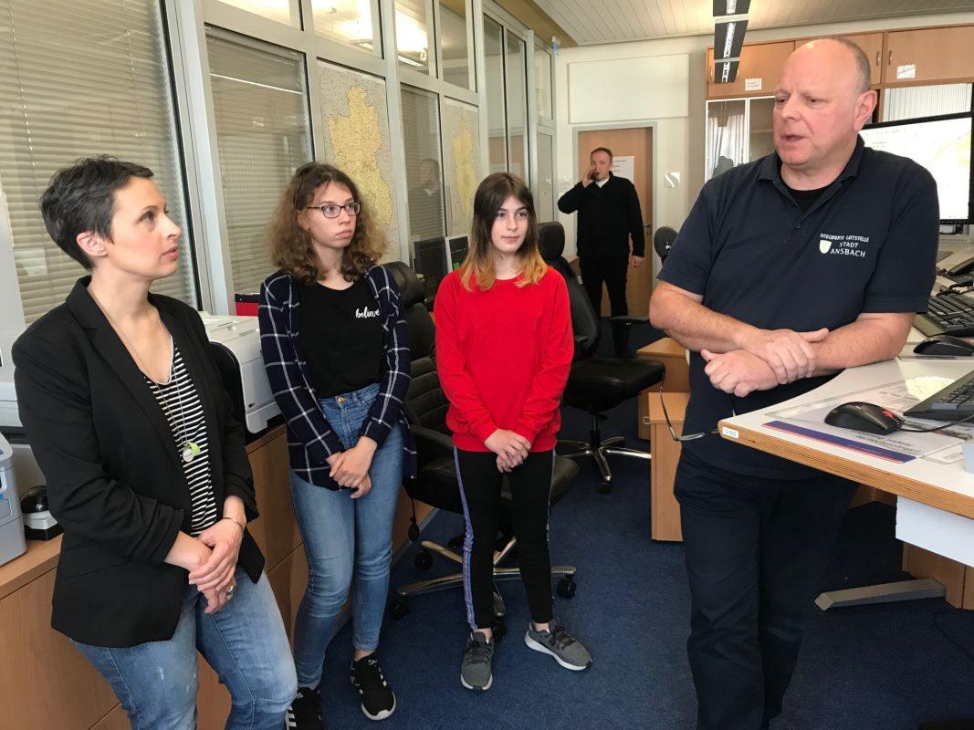 Schichtführer Harald Letzner (rechts) im Gespräch mit der Gleichstellungsbeauftragten der Stadt Ansbach, Lisa-Marie Buntebarth, und den beiden Schülerinnen Nadine Breckner und Sina Hald. Foto: Nico Jahnel