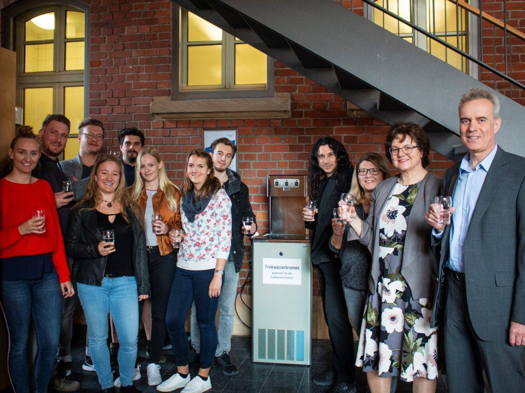 Der erste Wasserspender der Hochschule Ansbach wurde offiziell eingeweiht; Foto: Hochschule Ansbach