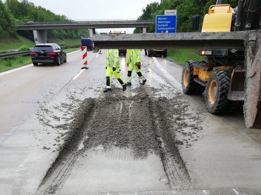 Bei Wörnitz fuhr der Sportwagen in ein frisch betoniertes Betonfeld. Foto: Polizei Rothenburg ob der Tauber