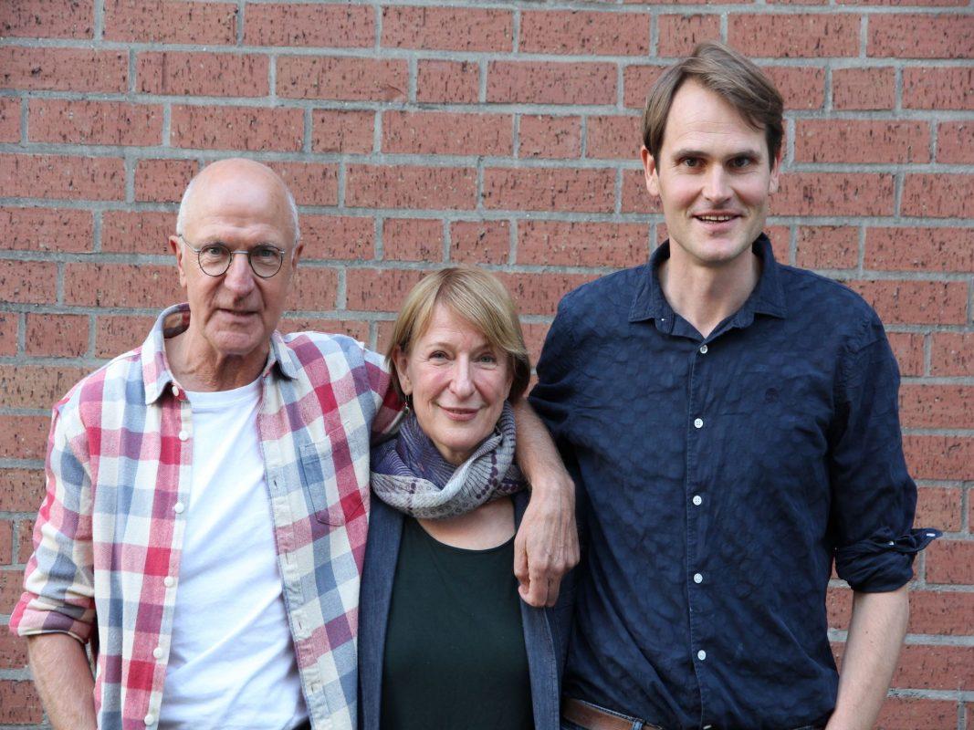 Der Regisseur Max Färberböck (links), sowie die Hauptermittler Dagmar Manzel (Rollenname: Paula Ringelhahn) und Fabian Hinrichs (Rollenname: Felix Voss). Foto: BR/Danny Rosness.