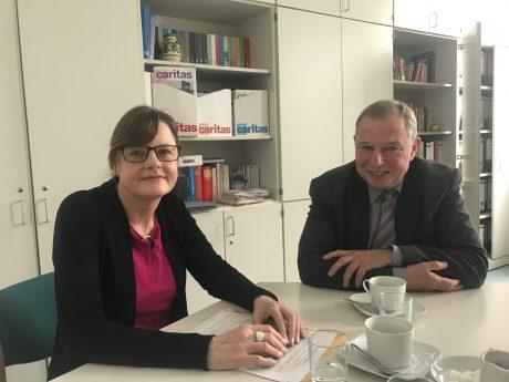 Brigitte Guggenberger, Leiterin des Frauenhauses und Heinz Kestler, Geschäftsführer des Caritasverband, beim gemeinsamen Pressegespräch. Foto: Nico Jahnel