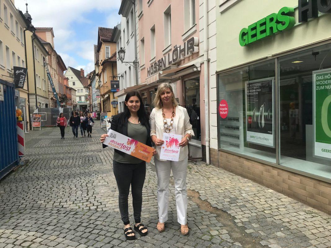 Das Team vom Citymarketing Ansbach, um Kimberley Keil (links) und Ute Schlieker, haben wieder ein spannendes Altstadtfest auf die Beine gestellt. Foto: Nico Jahnel