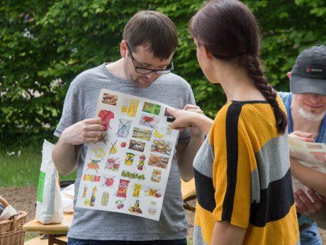Julia Stahl strich auf einem Plakat die Produkte weg, die es ohne Bienen nicht mehr gäbe. Foto: Diakonie Neuendettelsau/Amanda Marien