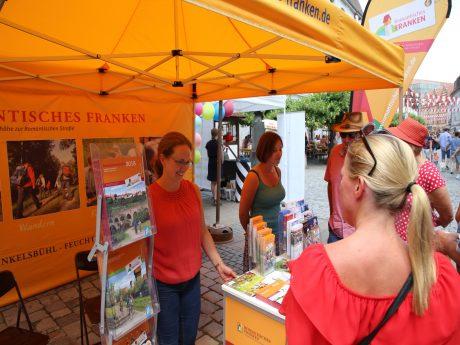 """Unter dem Motto """"Fernweh ganz nah"""" Besucher des Altstadtfestes am Sonntagnachmittag, den 23. Juni, ganz bequem ihren Urlaub vor der Haustüre planen. Foto: Stadt Ansbach"""