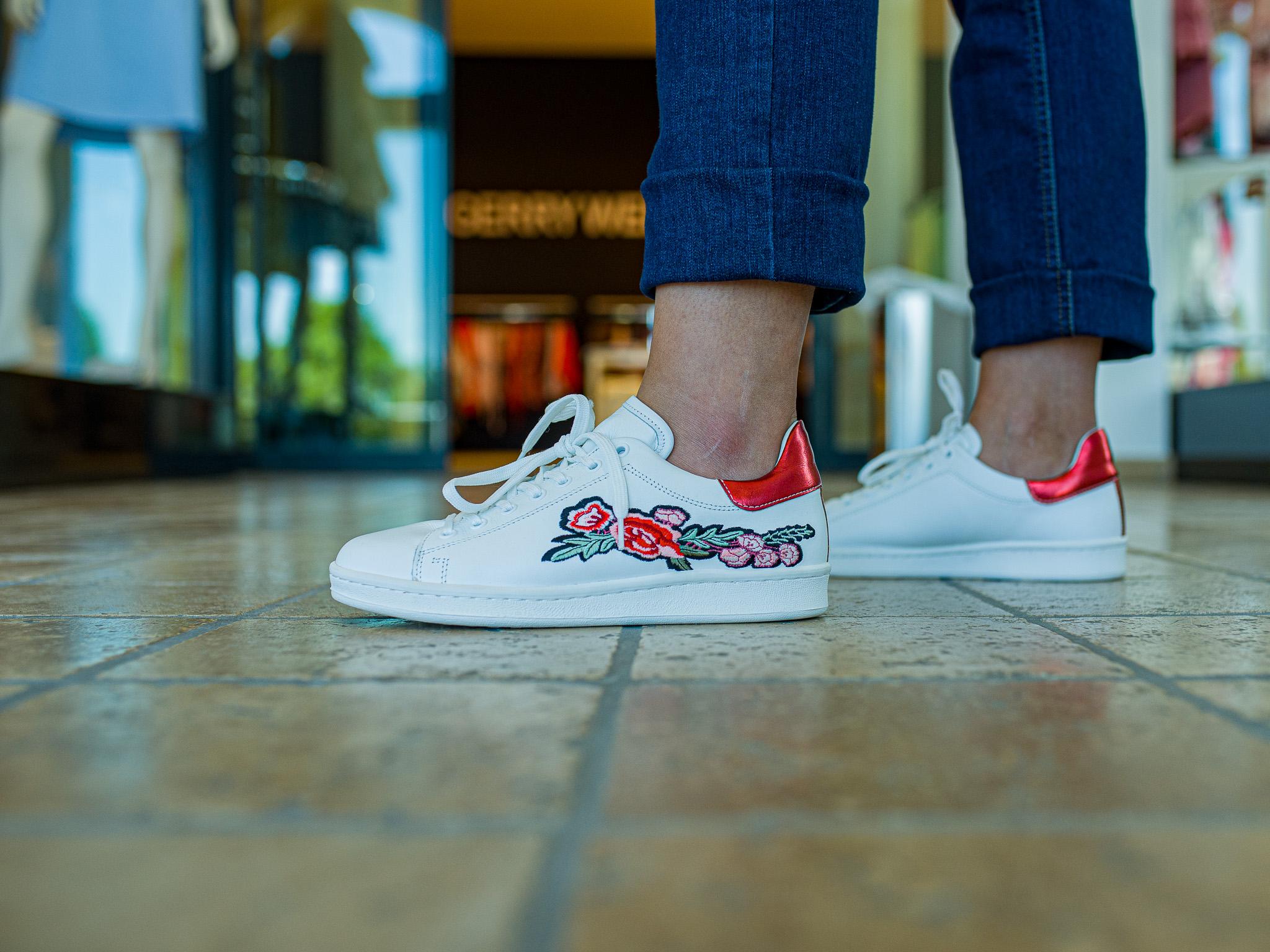 Weiße Sneakers mit sommerlichen Blumenprints sind voll im Trend. Foto: Pascal Hoefig.