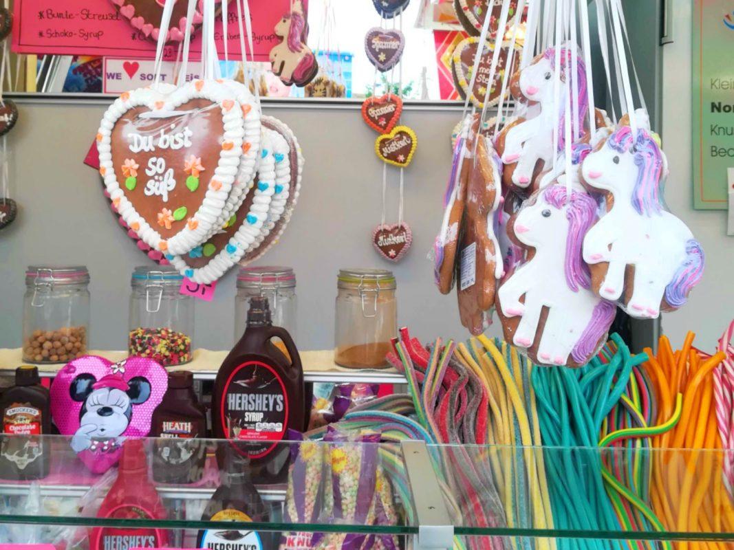 Lebkuchenherzen und Süßigkeiten. Symbolfoto: Jessica Hänse