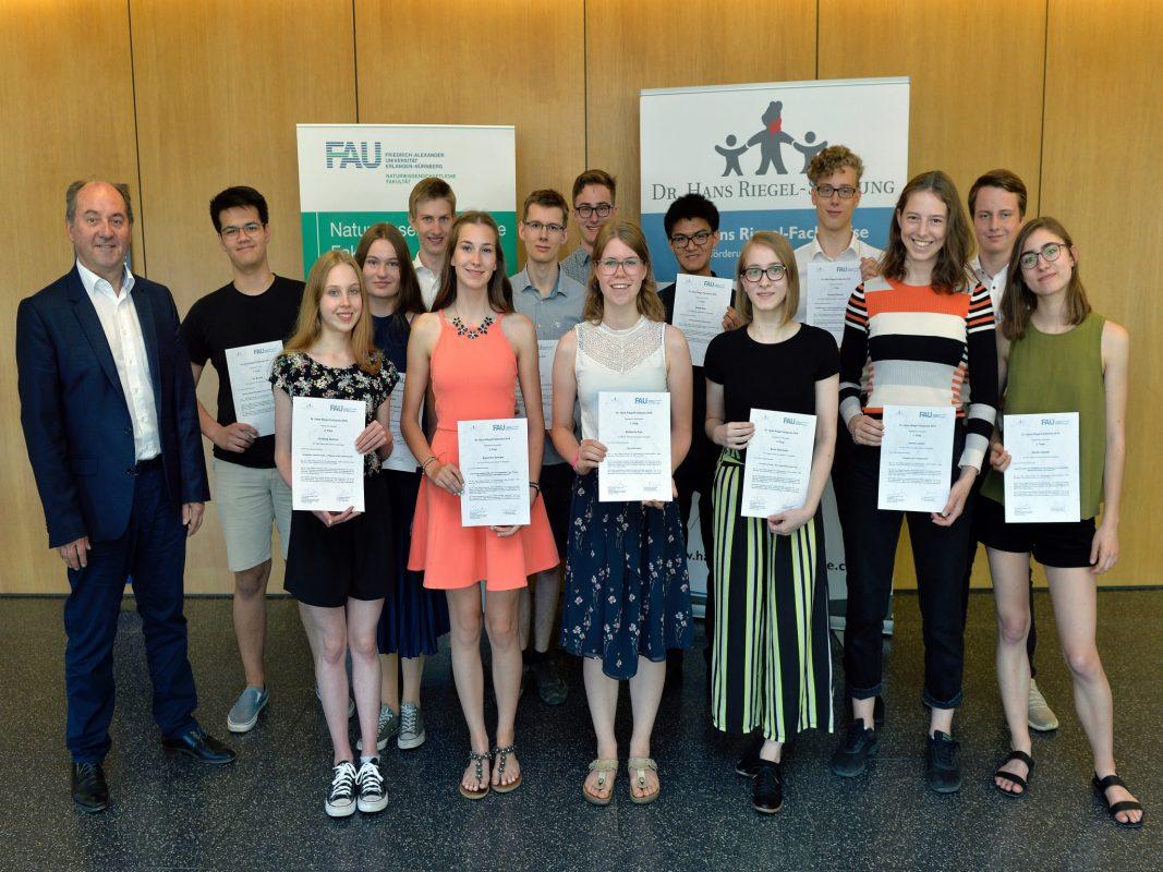 Am vergangenen Wochenende wurden die Dr. Hans Riegel-Fachpreise an der Friedrich-Alexander-Universität Erlangen-Nürnberg für herausragende Schülerarbeiten verliehen. Foto: FAU/Harald Sippel