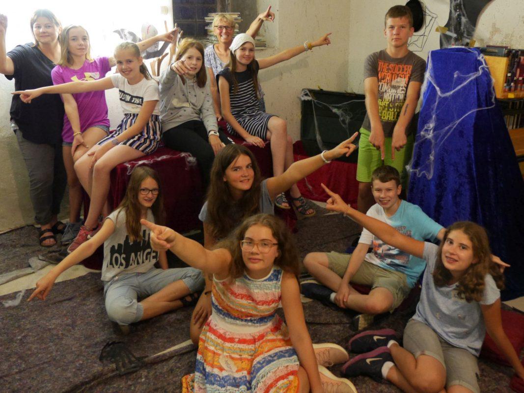 """Die Jugendgruppe """"Projekt YL"""" hat einen Abend lang an der Deko gearbeitet und an den Rätseln für den Escape Room getüftelt. Foto: Babett Guthmann"""