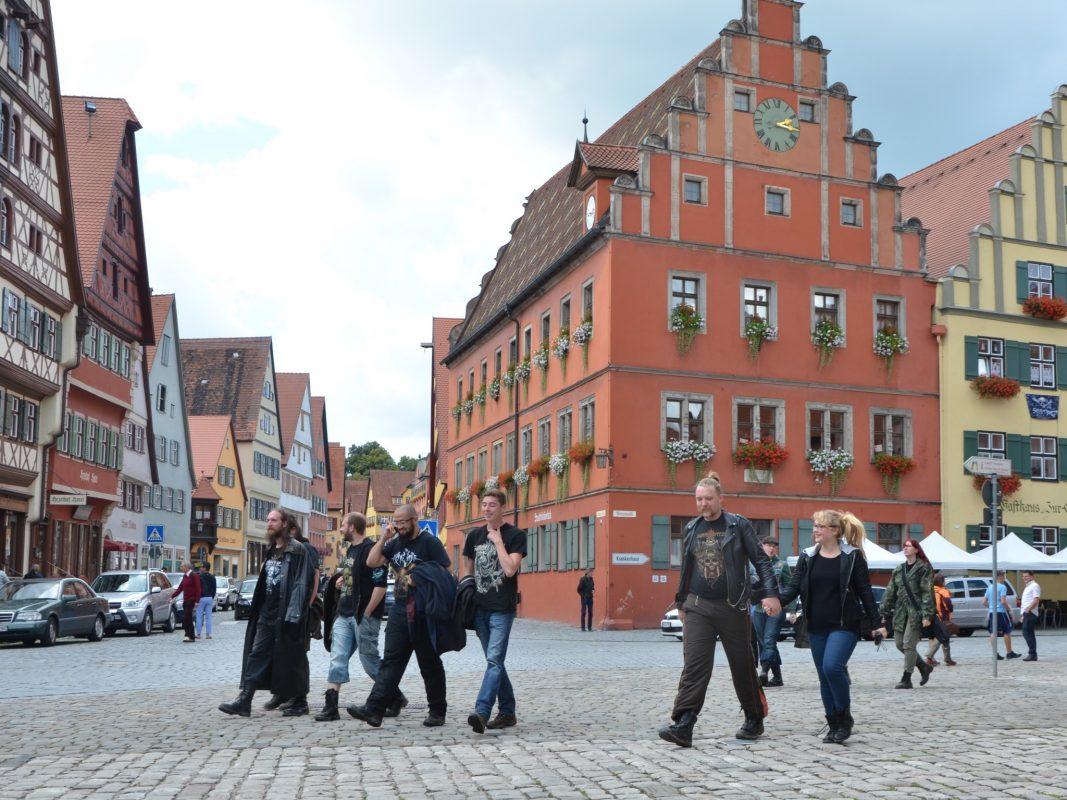 Dinkelsbühl freut sich jedes Jahr Mitte August zur Summer Breeze-Festivalzeit auf viele schwarz gekleidete Gäste. Foto: Ingrid Wenzel