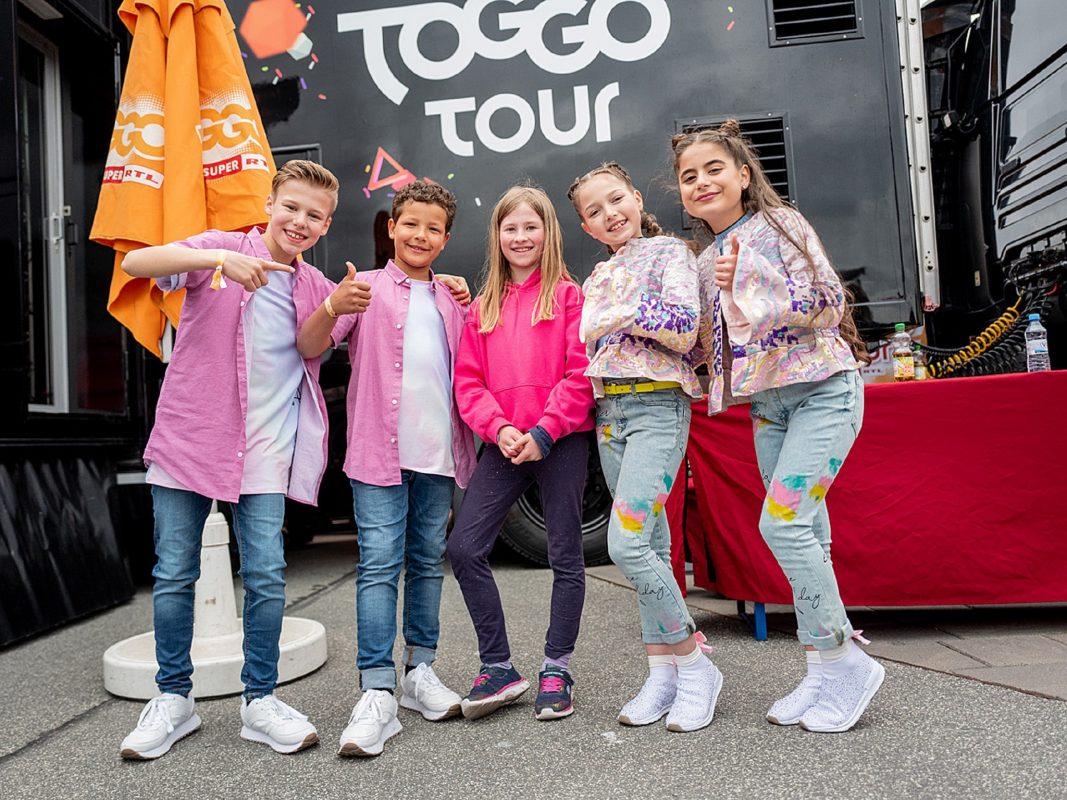 Die coolen Teenager von Kidz Bop covern bekannte Originalsongs auf ihre eigene Art und bereiten die Musik damit kinder-, und familiengerecht auf. Auch auf der TOGGO Tour sind die fünf anzutreffen und sorgen für Stimmung. Foto: (c) SUPER RTL / Manuel Thomé