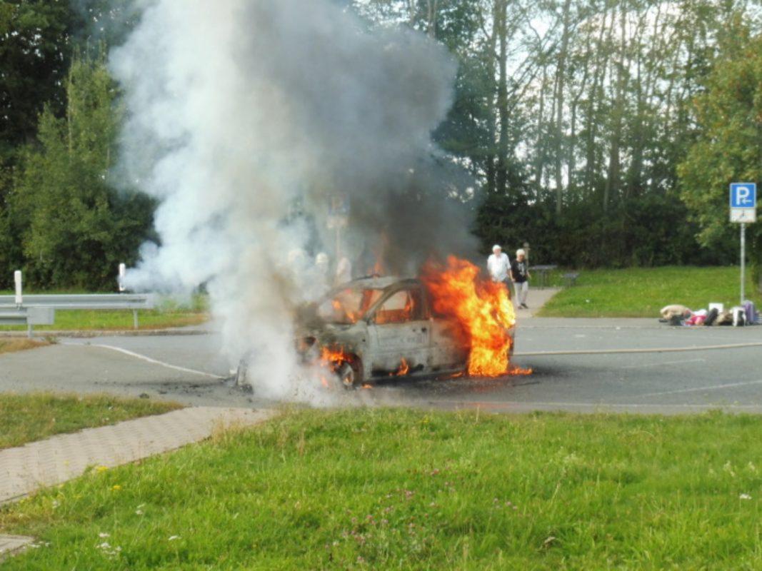 Pkw brennt komplett aus. Foto: VPI Ansbach