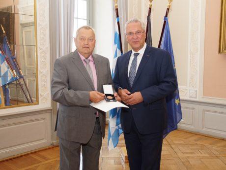 Gerhard Enzner (l.) 2018 mit Staatsminister Joachim Herrmann bei der Verleihung der kommunalen Verdienstmedaille in Bronze. Foto: Regierung von Mittelfranken