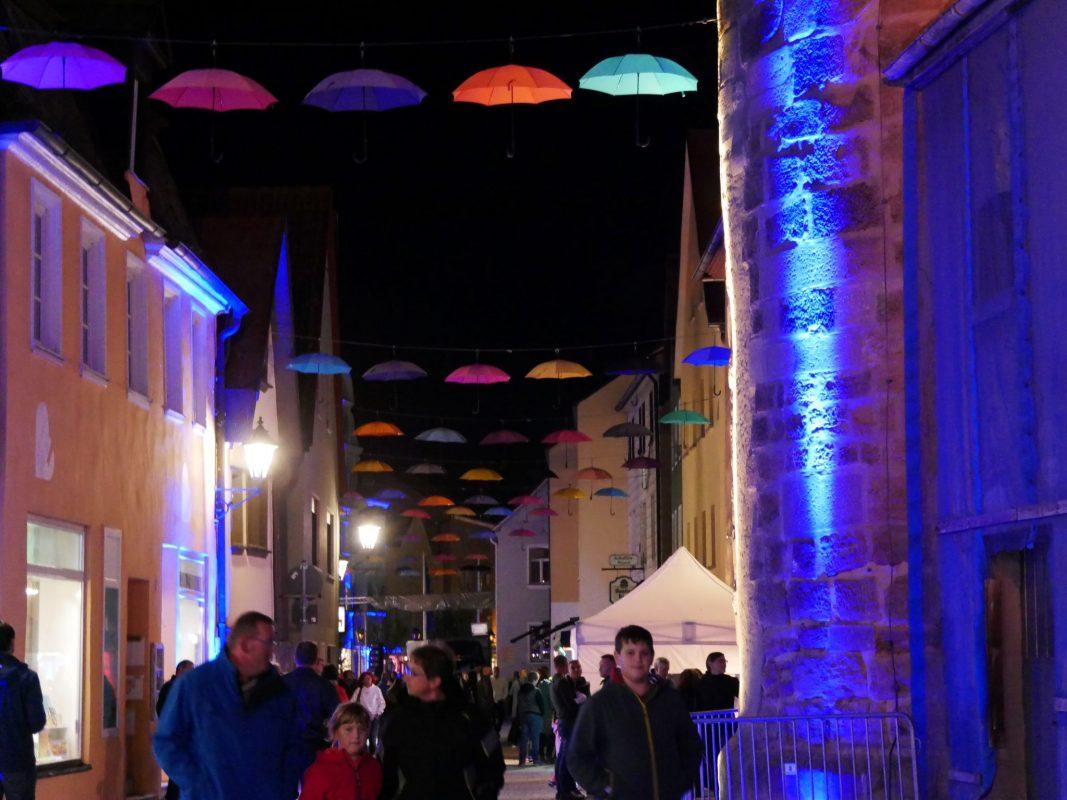 Bunte Schirme zieren nun den Marktplatz in Gunzenhausen; Foto: Stadtverwaltung
