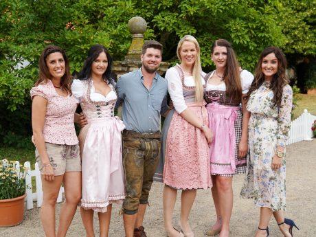 Auf dem Scheunenfest lernt Michael (30) aus Bayern (v.l.) Sonja, Cornelia