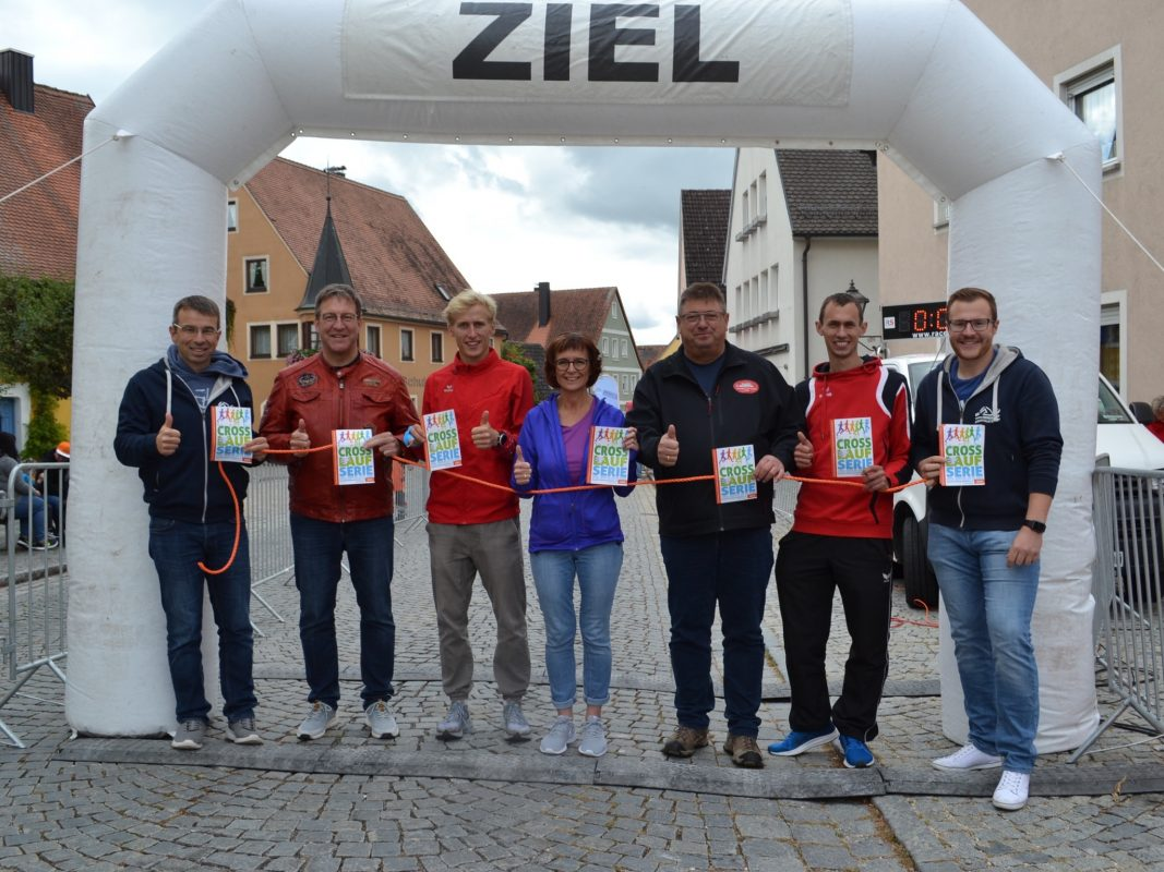 v.l.n.r. Armin Jechnerer (Herrieder Aquathleten), Frank Grumann (TuS Feuchtwangen), Athletenbotschafter Florian Bremm, Doris Thum-Wolf (BLV-Kreisvorsitzende), Merkendorfs Bürgermeister Hans Popp, Kai Hammer (TSV Dinkelsbühl) und Johannes Hertlein (Herrieder Aquathleten). Foto: Jörg Behrendt