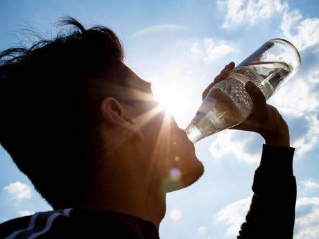 """Ersetzt 37 PET-Flaschen: Die """"Glasperlenflasche"""" ist die am meisten verbreitete Mehrweg-Wasserflasche. Foto: NGG"""