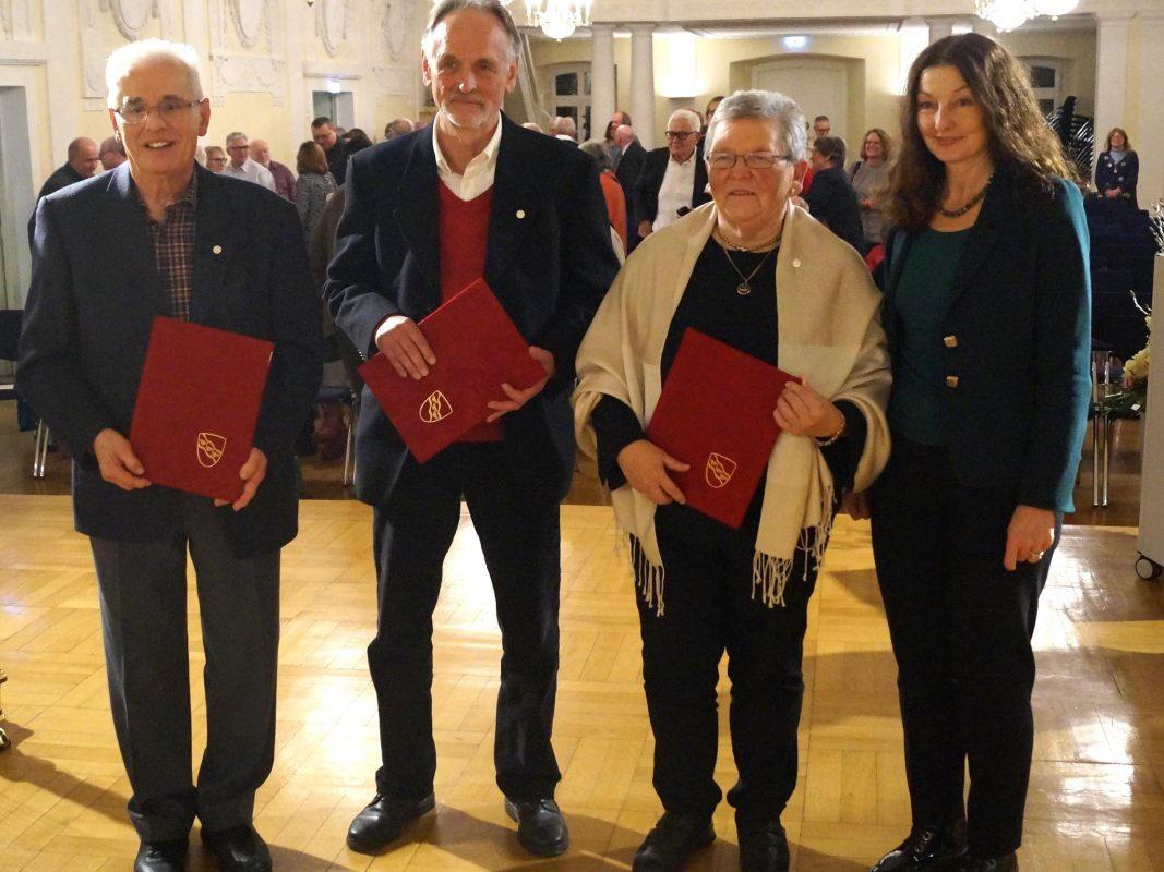 Heinrich Krill, Hans Ruppert und Margit Böckler erhalten das Ansbacher Stadtsiegel. Foto: Stadt Ansbach