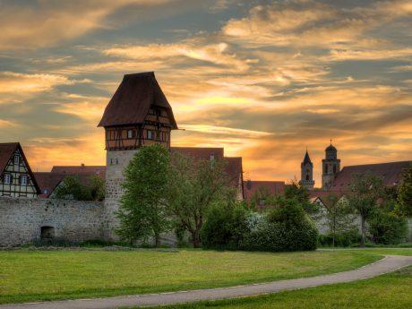 Blick auf Dinkelsbühls Altstadt mit Bäuerlinsturm in Abendstimmung. Foto: David Haas