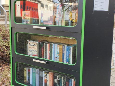 Egal ob Sachbücher oder Romane - im neuen Bücherschrank warten spannende Bücher auf euch. Foto: Bezirkskliniken Mittelfranken