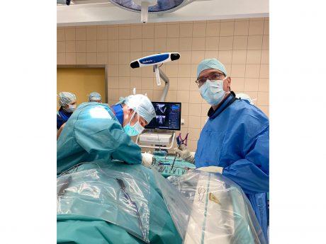 Die Technik der Neuronavigation unterstützt Sektionsleiter Dr. Rustia (rechts) und sein Team bei zahlreichen neurochirurgischen Eingriffen. Foto: ANregiomed