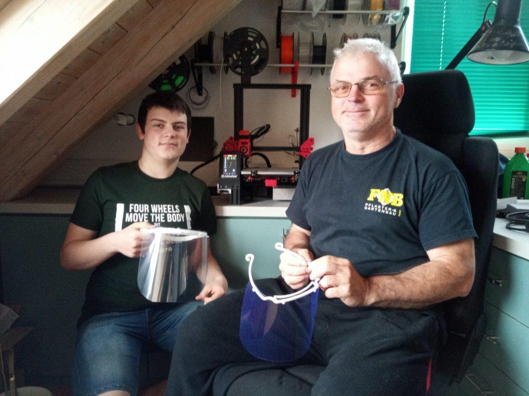 Marco stellt mit seinem Papa sog. faceshields mithilfe seines 3D-Druckers her. Foto: Laurentius-Realschule
