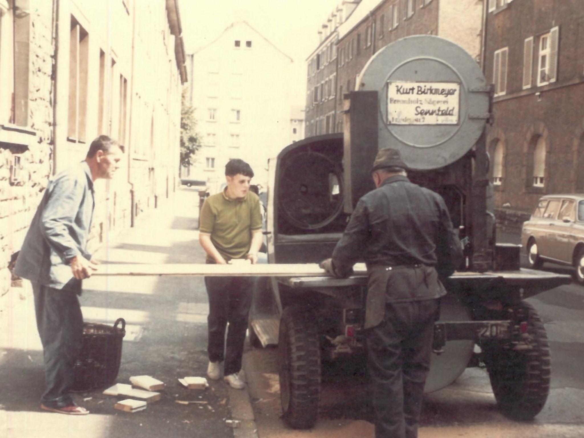 Der Opel Blitz fuhr zum Sägen von Brennholz und Brettern zu den Kunden, hier in Schweinfurt im Juli 1970. Foto: Historische Fotografie Freilandmuseum