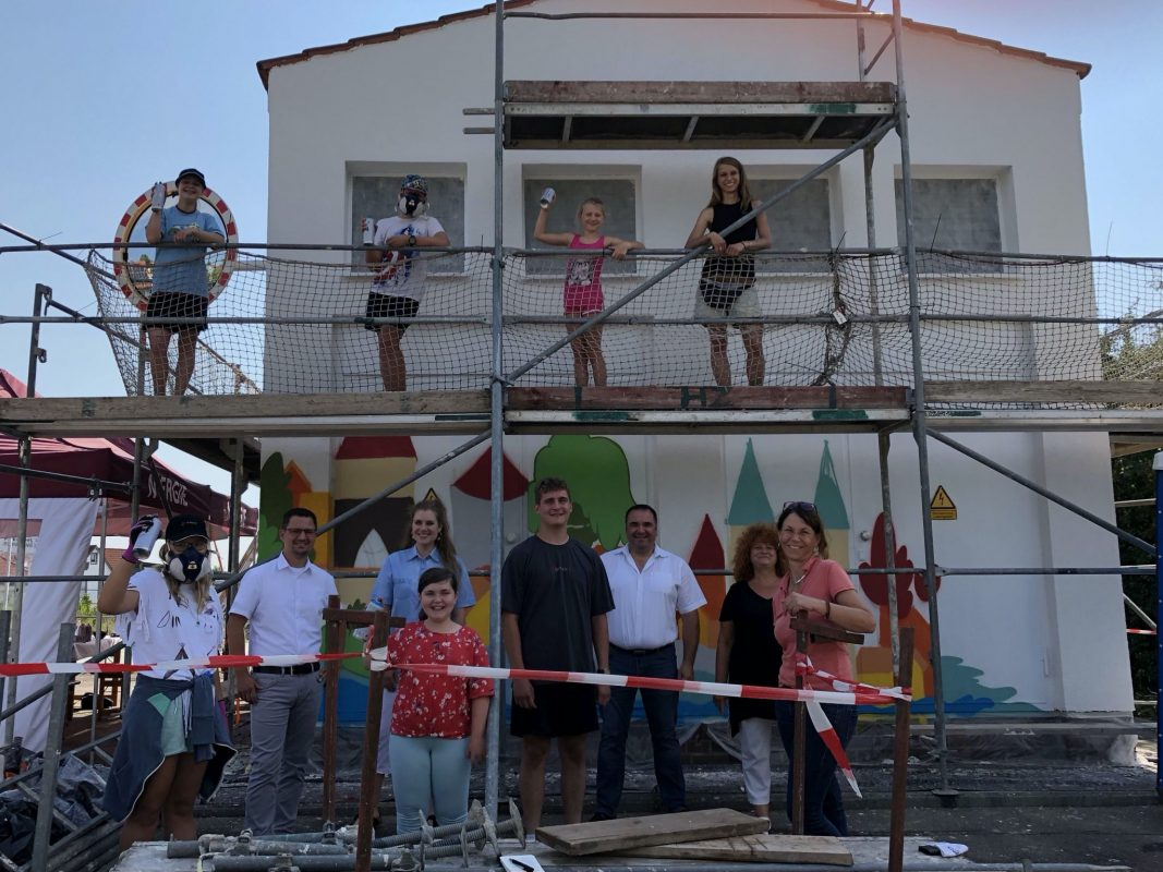 Alle sind begeistert vom neuen Blickfang in Herrieden: die Jugendlichen, Graffitikünstlerin Marissa Herzog, Vertreter*innen der Stadt Herrieden und der N-ERGIE Aktiengesellschaft. Foto: © N-ERGIE