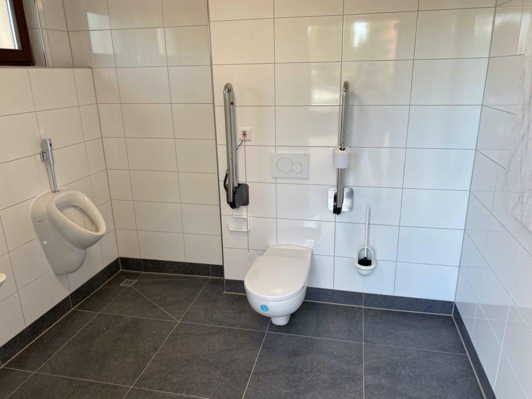 Die neue barrierefreie Toilette am Stadtfriedhof. Foto: Stadt Ansbach